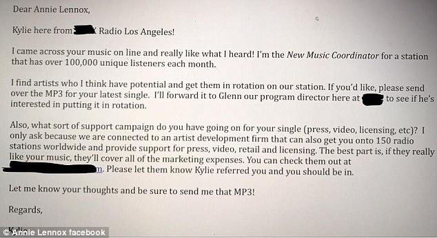 """Annie Lennox sacaneia e-mail que recebeu de uma rádio dizendo que ela """"tem potencial"""""""
