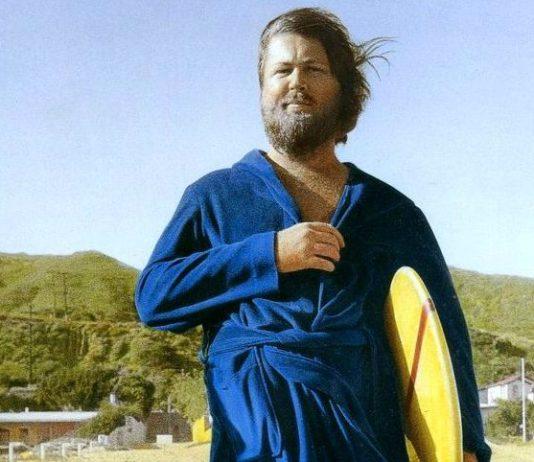 Brian Wilson tomando o maior caldo na praia em 1976