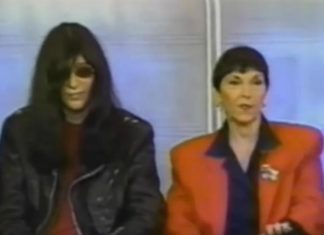 Joey Ramone e sua mãe Charlotte na TV em 1990
