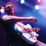 Josh Homme pede desculpas por agressão a fotógrafa em show - e ela mostra as imagens