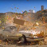 Um carrinho de frutas atingido por um veículo, em câmera lenta