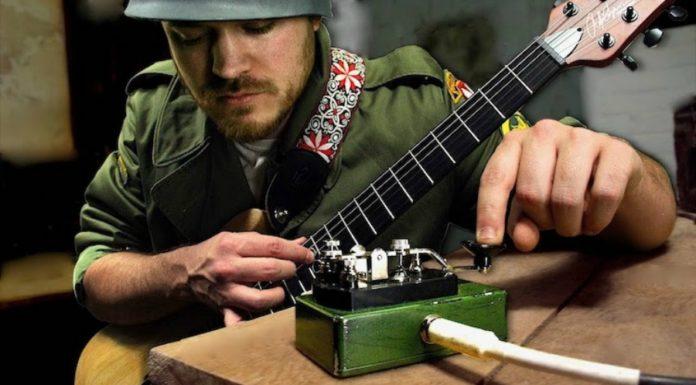 Tocando guitarra com um pedal telégrafo (?)