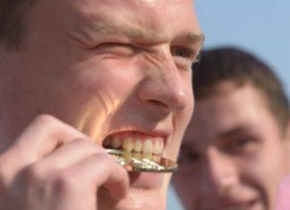 Por que é que atletas sempre são fotografados MORDENDO as medalhas?