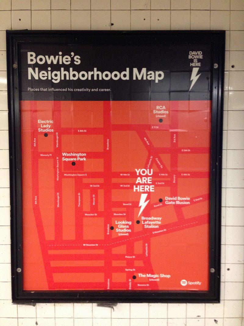 Tem exposição no metrô de Nova York sobre David Bowie, e cartões de metrô com imagens dele
