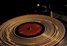 Um vídeo que ensina a limpar vinil com cola de madeira