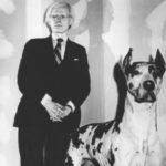 Andy Warhol e seu cão dinamarquês empalhado (!)