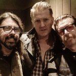 Foto em estúdio reúne Dave Grohl, Josh Homme e Jesse Hughes