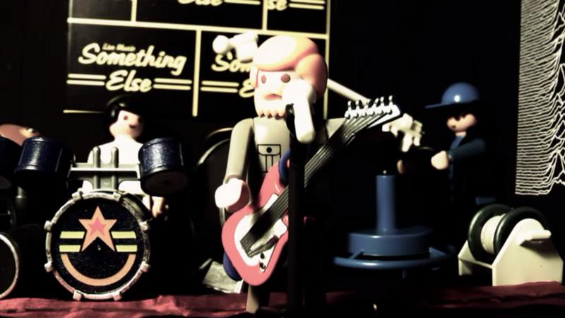 Joy Division, em versão Playmobil, toca