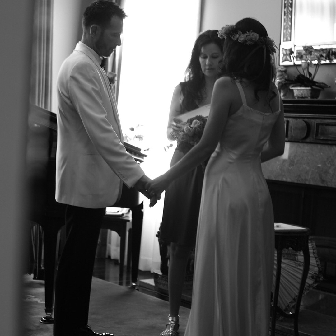 Viúva de Scott Weiland posta fotos do casamento dos dois