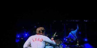 Zak Starkey toca com o casaco de Lucas Leão, dos Beach Combers
