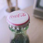 Em 2017, dois caras bebendo uma Coca-Cola engarrafada em 1956