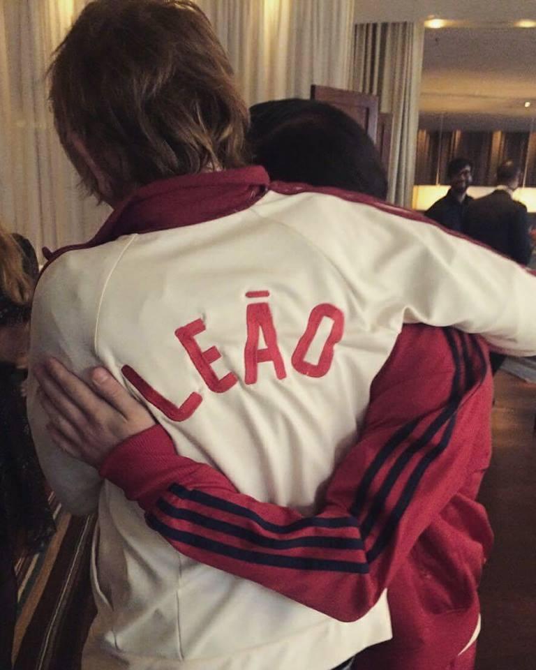 Lucas Leão e Zak Starkey abraçados no Fasano