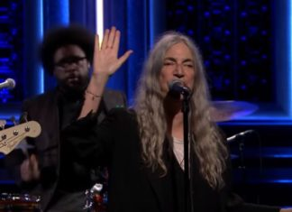 "Patti Smith e família no Jimmy Fallon, com ""People have the power"""