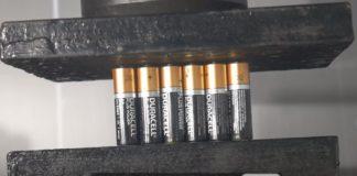 Esmagando 21 pilhas Duracell com uma prensa hidráulica