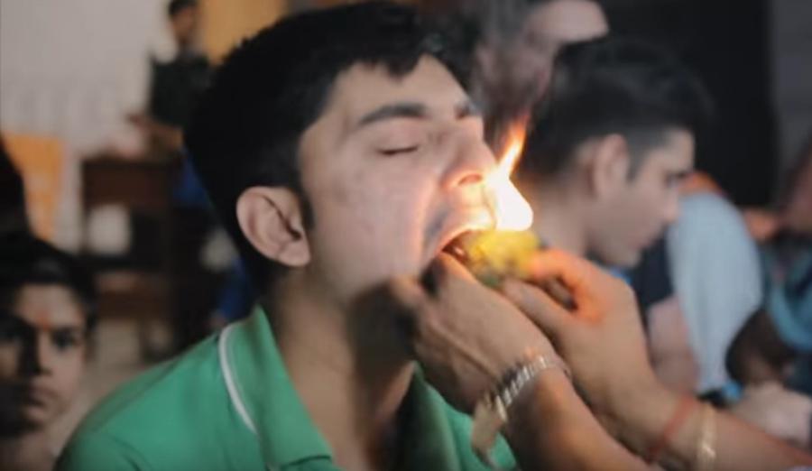 Fire paan: tem gente na Índia botando bola de fogo na boca
