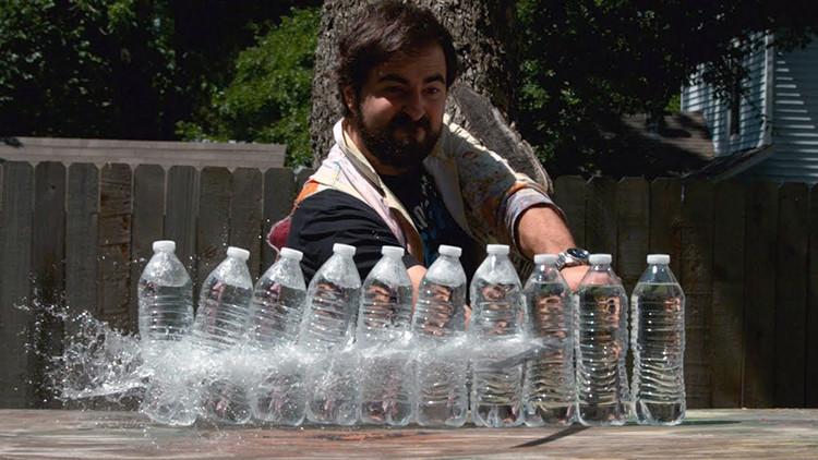 Um cara estraçalhou várias garrafas de água com uma katana e mandou alguém filmar beeeem devagar