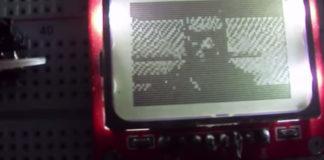 """""""Homem aranha"""" sendo exibido na tela de um celular Nokia 5110"""