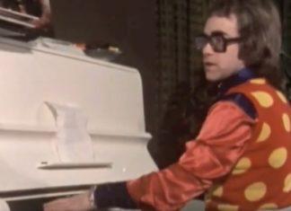 Elton John compondo Tiny Dancer em 1970