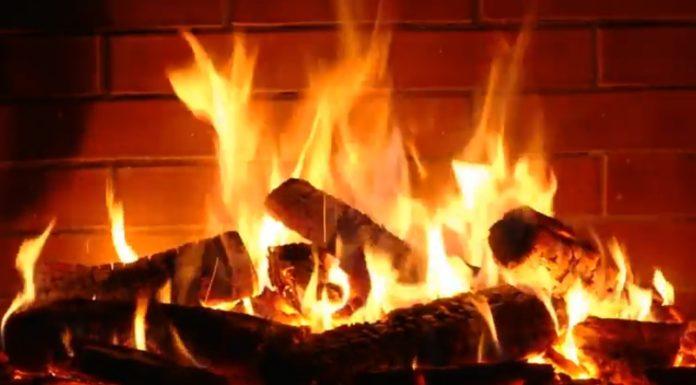 Aqueça seu Natal com... uma fogueira online