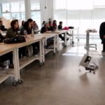 Professor joga laptop no chão durante aula na Califórnia