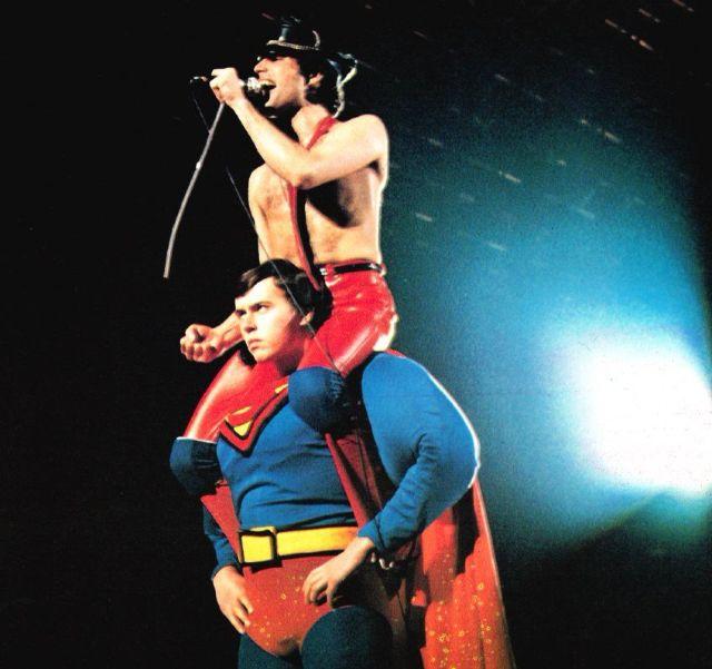 Freddie Mercury nos ombros do Superman em 1979