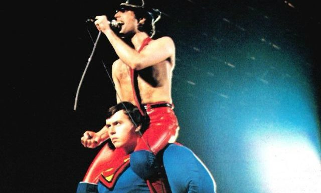 Freddie Mercury nos ombros do Superman em 1979