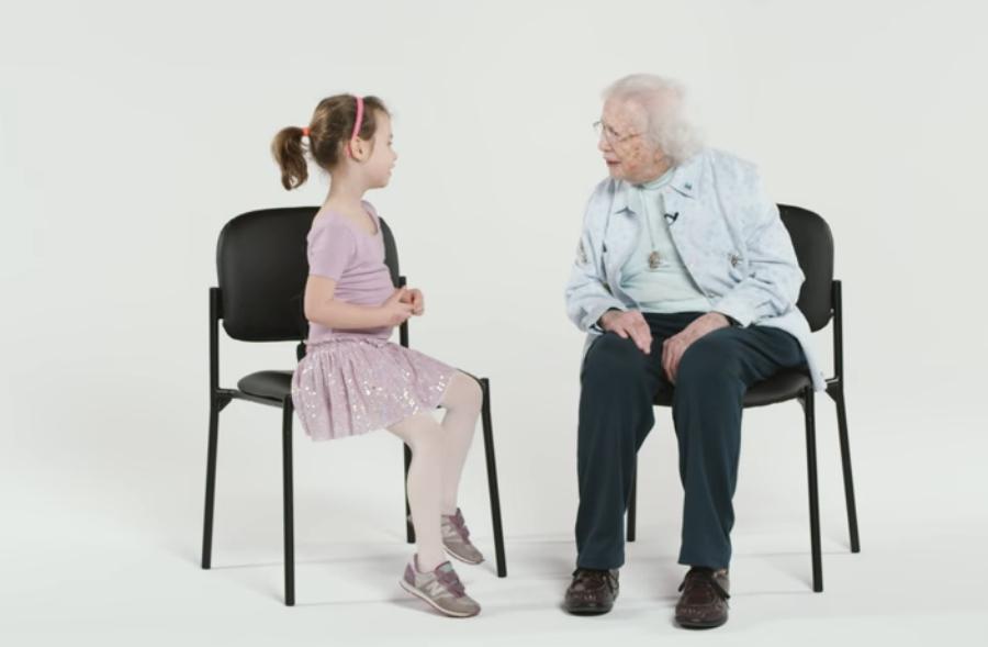 Num vídeo, crianças batem papo com uma senhora de 101 anos
