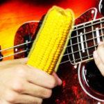 Youtuber toca Korn usando espiga de milho