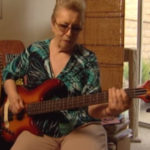 Carol Kaye mostra as linhas de baixo de Good Vibrations, dos Beach Boys