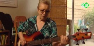 Carol Kaye mostra as linhas de baixo de Good Vibrations, dos Beach Boys