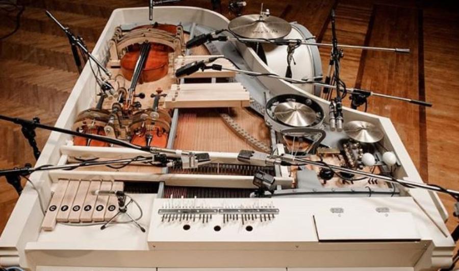 Brunettes Shoot Blondes: vinte instrumentos diferentes num piano