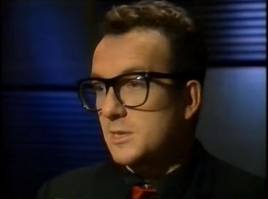 Elvis Costello em 1989 olhando para ele mesmo em 1977