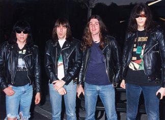 Ramones fazendo um medley estranhão de temas de filmes na MTV em 1995