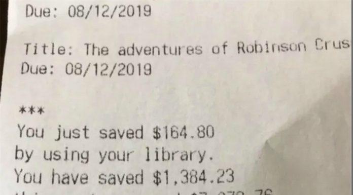 Lá fora, tem uma biblioteca mostrando para os seus clientes o quanto eles economizam usando o local em vez de comprar livros