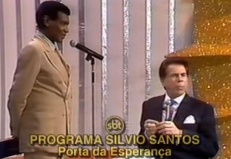 Wilson Simonal fazendo Silvio Santos cantar
