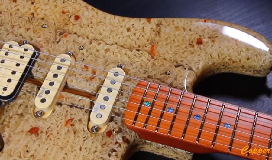Construíram uma guitarra feita de macarrão instantâneo (!!)