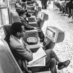Lembra quando existiam poltronas com TVs até em rodoviárias?