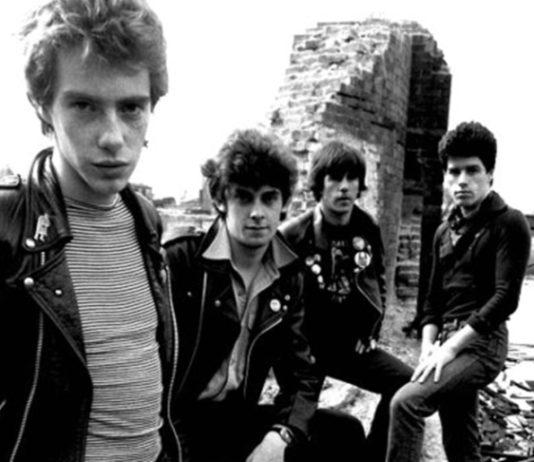 """Stiff Little Fingers: metendo o pau na própria gravadora na canção """"Rough trade""""?"""