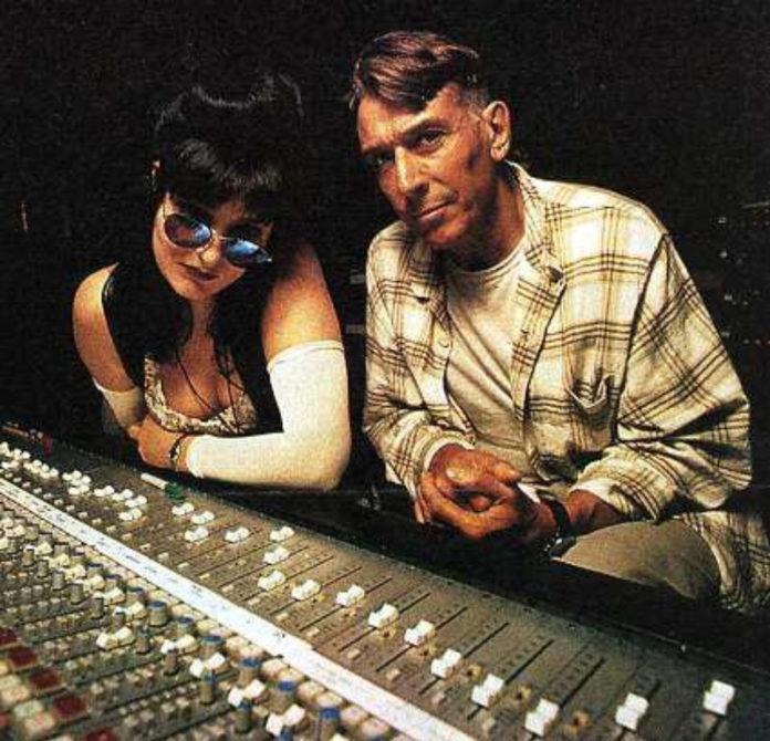 Siouxsie e John Cale mandando bala em