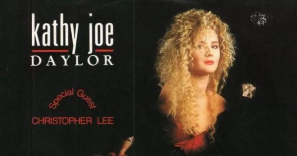 Kathy Joe Daylor e Christopher Lee: a bruxinha e o vampirão soltando a voz