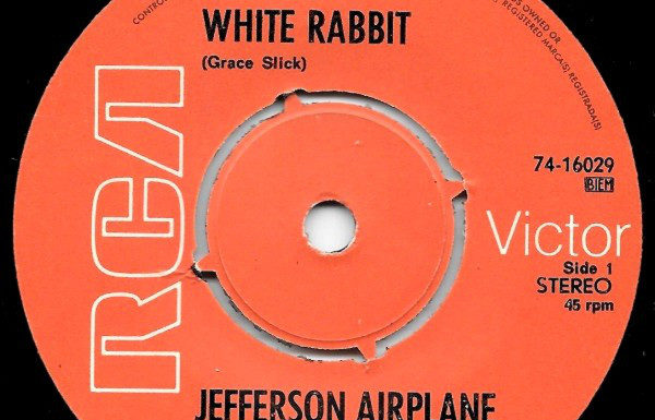 E as bandas marciais descobrem White Rabbit, do Jefferson Airplane