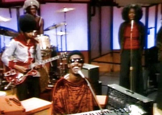 Stevie Wonder fechando 1972 com um show na TV