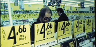 Elton John comprando montes de discos na Tower Records em 1975