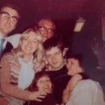 Ian Curtis (Joy Division) felizão na festinha de escritório