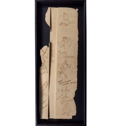 Tá a fim de comprar um pedaço do cenário do programa de Ed Sullivan autografado pelos Beatles?