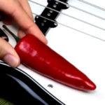 Tocando Red Hot Chili Peppers no baixo com... uma pimenta chili
