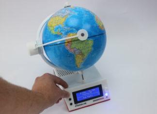 Um globo terrestre que funciona como rádio