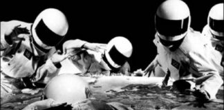 Earons: uns caras de capacete tocando tecnopop