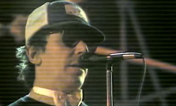 John Cale malucão no palco cantando um clássico de Elvis