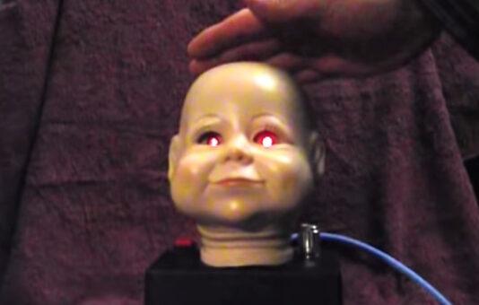 Ligaram um teremim na cabeça de um boneco